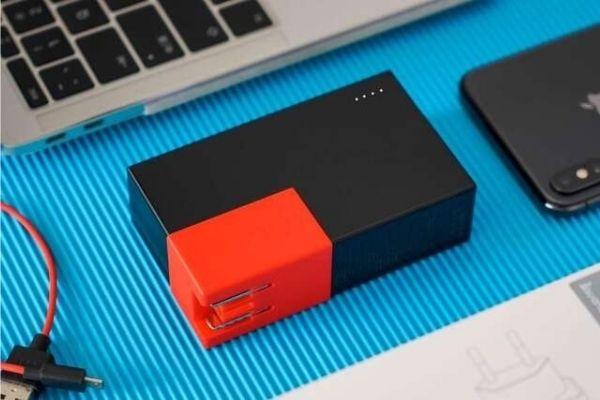 ACプラグ搭載の2in1急速充電モバイルバッテリー「CUBE」 2台同時充電
